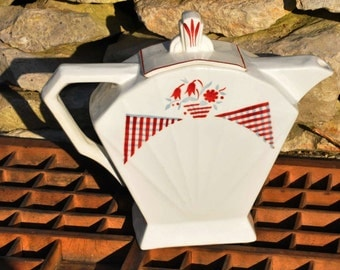 French 20's / 30's Deco style Tea Pot - a great shape and in almost new condition