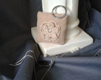 Keychain shaped pad in sackcloth and crochet flower