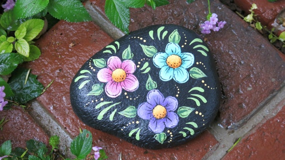 Painted garden rock with flowers yard decoration plant - Painting rocks for garden what kind of paint ...