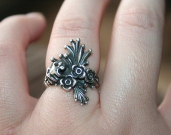 SALE ....Vintage Sterling Silver Frog with   flowers  Ring Twig Diorama   in size  6  Stunning