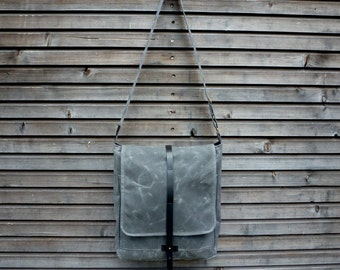 Waxed canvas messenger bag with adjustable shoulderstrap UNISEX