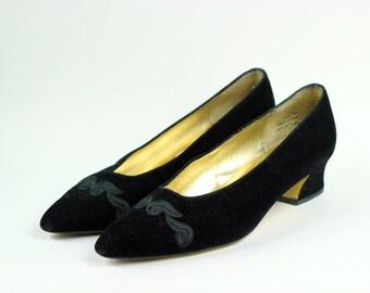 S a l e • Black Velvet Embroidered Ladies Pumps -- Sz 8M