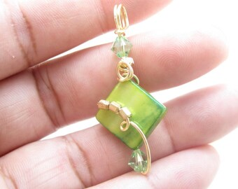 WSP-0186 Handmade Mother of Pearl Pendant Wire Wrapped with Non Tarnish Gold Wire