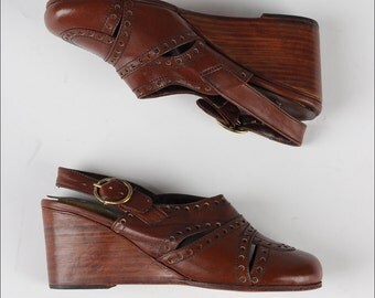 vintage 1970s shoes . brown leather . DEAD STOCK . wedge heel sandals . 4237