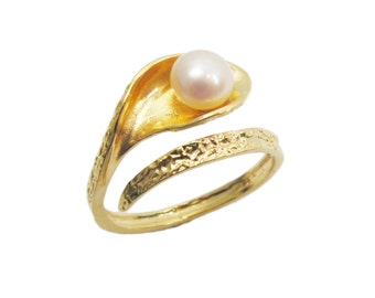 Unique pearl gold ring. gift for her, gold ring, dainty ring, trendy jewelry, gift idea, everyday jewelry.
