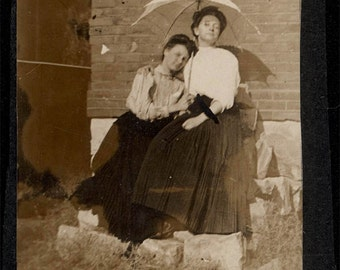 vintage photo Pearl Huston & Blanch McQuillan affectionate under umbrella