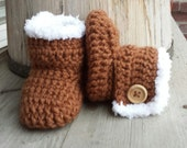 Crochet baby girl boots, faux fur uggs in toffee brown. Wood button closure.  size 0 to 3 mo.