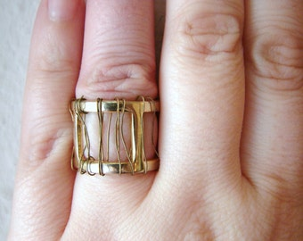 Vintage thick brassy gold cocktail ring with wire detail- size 6
