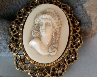 Vintage Brooch Handmade Costume Jewelry White Ivory Look Plastic 3D Sculpted Face Antique Gold Filigree Pin Gift Wedding Women Cosplay Props
