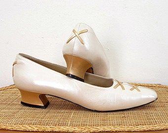 Vintage 1980s Curvy Low Heel Shoes Cream Ivory Pearl Gold Court Shoes /  U.S. 8.5 N