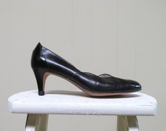 Vintage 1960s Shoes / 60s Black Scalloped Patent Leather Pumps / 8 1/2 A USA