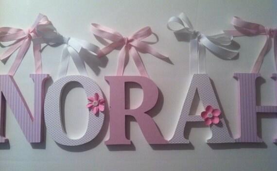holzbuchstaben alphabet für kinderzimmer in rosa und weiß die