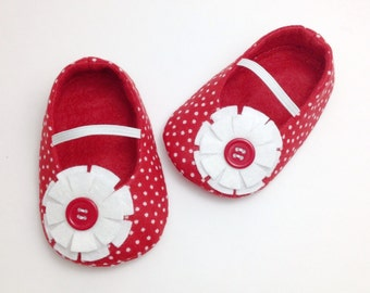 Red Baby shoes, Red Baby Booties, Red slippers, Christmas slippers. Red Girl Shoes, Red Polka Dot Shoes. Baby Christmas Shoes. Felt Booties.