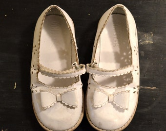 Vintage White Mary Jane strappy dress shoes size 6 7 girls