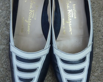 Vintage Ferragamo Pumps Navy Blue and White Leather Shoes Made in Italy Size 8AAA 1980s