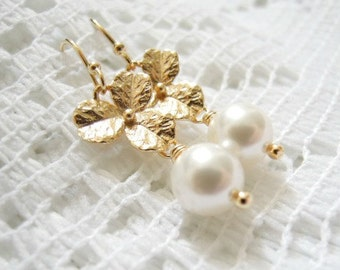 Flower pearl earrings. Silver or gold earrings. Bridesmaids earrings. Bridal earrings. Wedding earrings