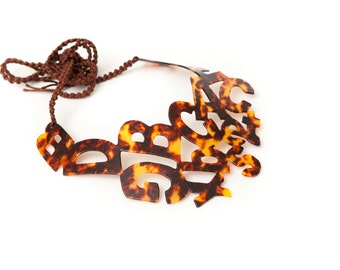 Big necklace with prints tortoiseshell colored.