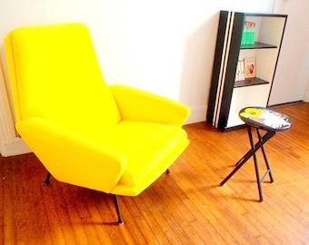 Fauteuil-- MARQUES D'USURE -- siège design années 50, entièrement rénové, tissu éponge jaune par SophieLDesign
