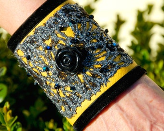 """Bracelet manchette """"Pernille"""" création art textile cuir dentelle unique"""
