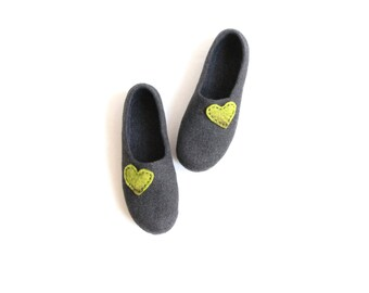 Women house shoes - charcoal grey felted wool slippers with green hearts - Mothers day gift - made to order - slippers with heart