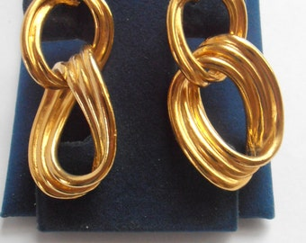 Vintage matte gold tone dangle earrings rich