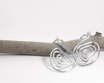 Geometric aluminium wire earrings silver color.