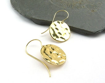 Shiny hammered golden disc elements on question mark earwires. Minimalistic, elegant and simple earrings in shiny gold, 16 K plated brass.