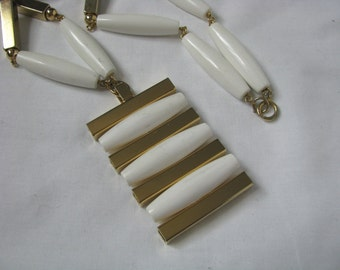 Dramatic bold vintage gold tone & white mod pendant necklace