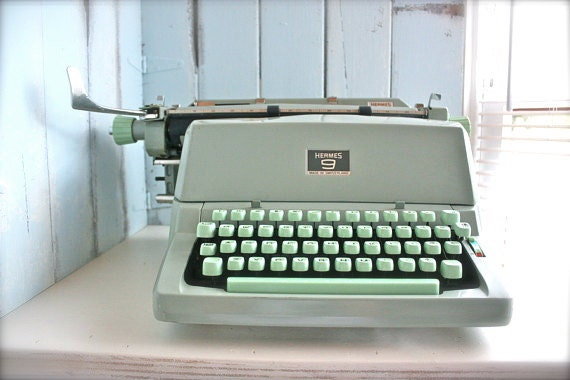 HeRMeS 9 TYPeWRiTeR . CLaSSiC ViNTaGe CHaRaCTeR and STYLe