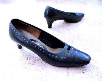 Vintage Pumps Blue, 80s Navy Leather Shoes, Thom McAn Lady PUMPS Heels size 8.0 8.5 38 EUR Peep Hole Vamp Lacing Excellent