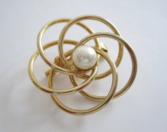 Vintage Gold Tone Brooch of Spiraled Wires with Medium Faux Pearl Center