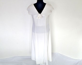wiLD RoSE 8o'S wHiTe FlOoR lEngTH dREsS wITH cRIMpeD raYon sHouLdeR sTraPs aND fABriC roSE AT bUST sIZe 8