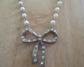 vintage costume jewelry  /   fake pearl with rhinestone necklace