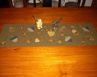 Primitive Harvest Acorn & Bittersweet Table Runner, Rustic Autumn Wool Applique, Goos Nest Design - FREE US SHIPPING