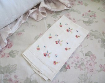 Vintage White Embroidered Floral Ribbon Bouquets Guest Hand Towel C71