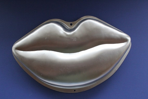 Wilton Hot Lips Cake Pan
