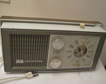 Vintage RCA Victor AM Tube Clock Radio -1950s