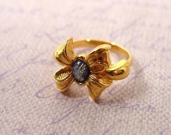 1994 Avon Delicate Bow ring gold tone vintage