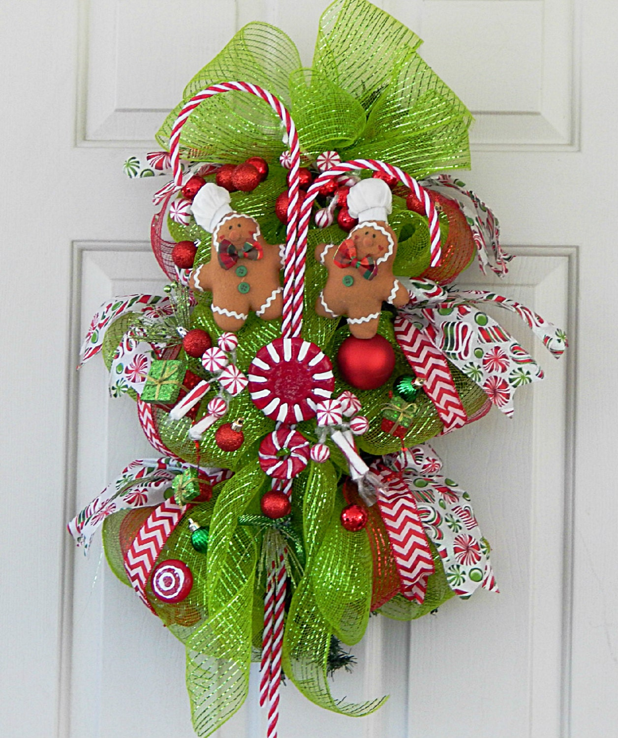 Christmas deco mesh wreath swag gingerbread men peppermint for Deco christmas decorations