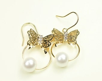 Gold Butterfly and white Pearl Earrings . Bridal Earrings , Wedding Jewelry , Bridesmaid Gift .