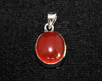 sterling silver gemstone pendant with a orange red oval shaped carnelian marked 925 (GP87)