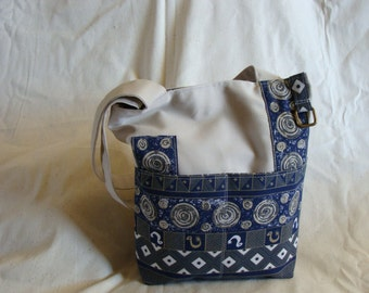 Eggshell and blue contrast on the arm purse