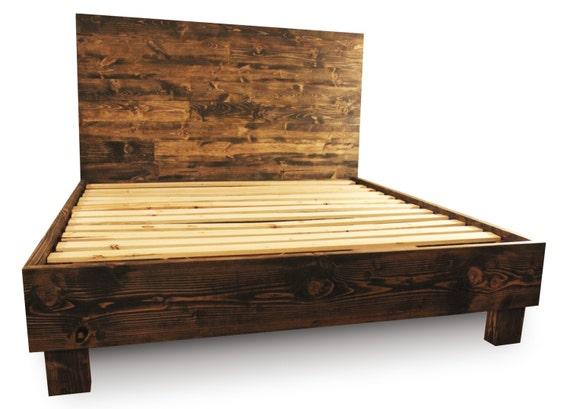 Cadre de lit plateforme en bois rustique et tête par