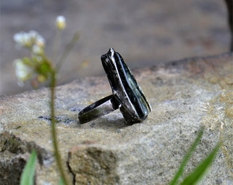 Rustic ring, GLASS CRYSTAL, primitive jewlery, raw ring, statement ring, adjustable ring, dark silver ring, crystal ring, elegant ring