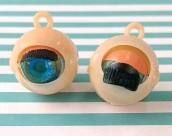 Vintage Eyeball Charm (1), Blinking Eye Charm, 1960s Creepy Kitsch, Halloween Novelty, Optometrist Jewelry, Anatomy Pendant, Blue Eyes