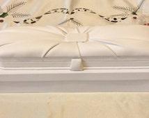 Luxury white leatherette bracelet gift box. Jewellery packaging. Jewelery packaging. Gift box. Bracelet. Jewellery display. White gift box.