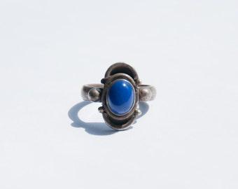 Lovely Silver Vintage design ring with a fine Lapis Lazuli  gem.