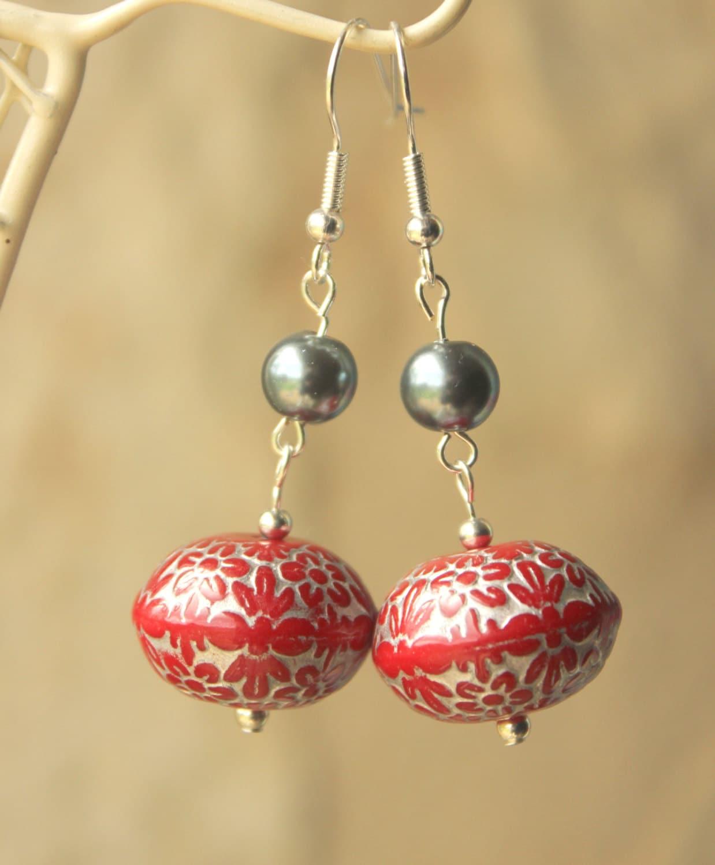 rouge et gris boucles d 39 oreilles longues dangle sur. Black Bedroom Furniture Sets. Home Design Ideas