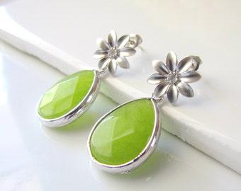 Daisy Stud Earrings with Peridot Green Glass Drops, Flower Stud Earrings, Bright Green Earrings, Bridesmaid, Teardrop Jade Glass