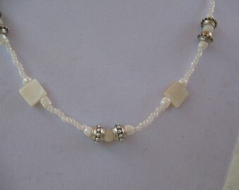 Square and spherical mother-of-pearls necklace.